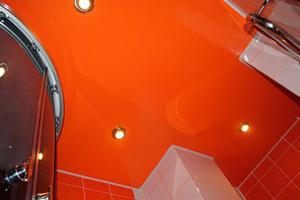 Натяжной потолок в санузел